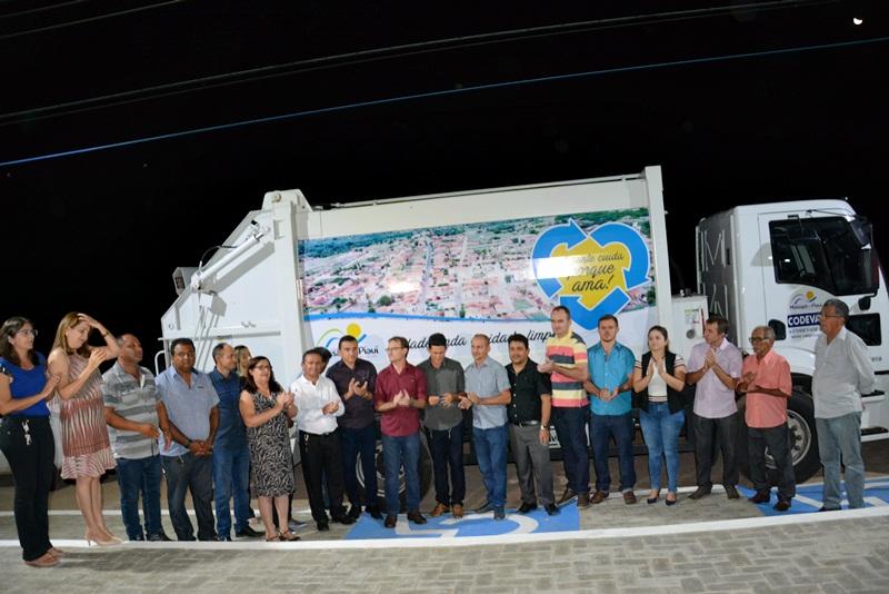 Prefeito Chico Carvalho inaugura praça e entrega caminhão compactador