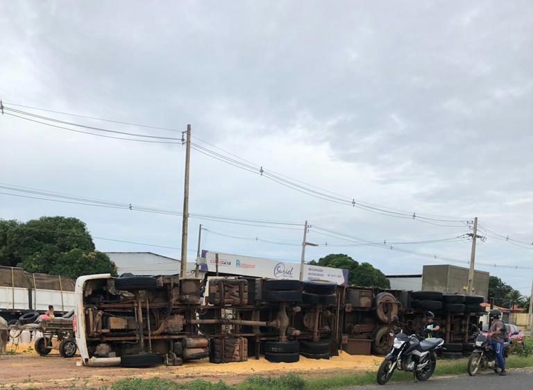 Carreta tomba na BR-316 e carga de milho fica espalhada na pista