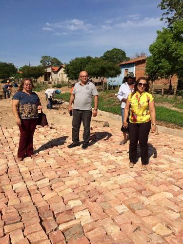 Prefeita vistoria andamento de pavimentação poliédrica no Bairro Coqueiro