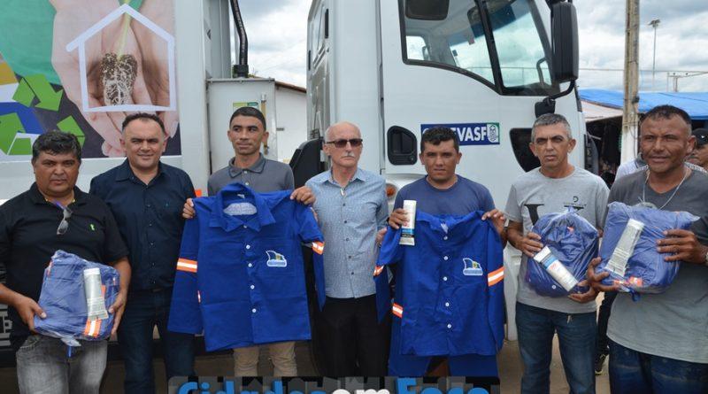 Prefeito entrega caminhão de lixo em Queimada Nova