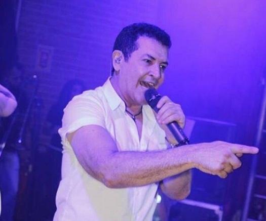 Cantor Beto Barbosa vai retirar a bexiga e a próstata