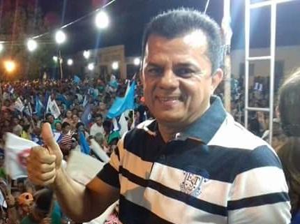 Prefeito de Porto do Piauí, Dó Bacelar, passa mal em evento