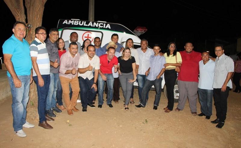Prefeito entrega ambulâncias para os povoados Esquisito e Várzea Queimada