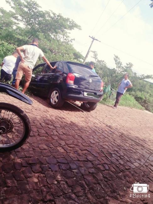 Carro com família fica preso em aterro de barragem no Piauí
