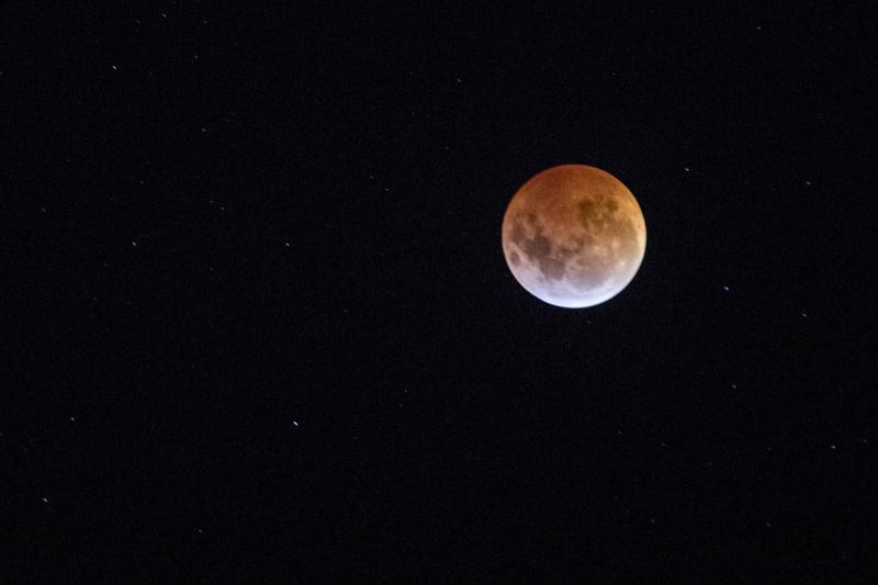 Eclipse total da Lua é visto do Brasil, veja fotos do fenômeno