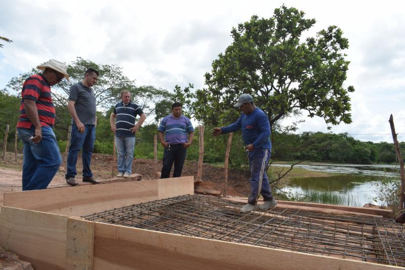 Prefeito Ronaldo Gomes visita obras de nova ponte de concreto na zona rural