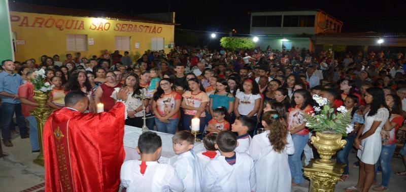 Fiéis celebram festa de São Sebastião com procissão e missa