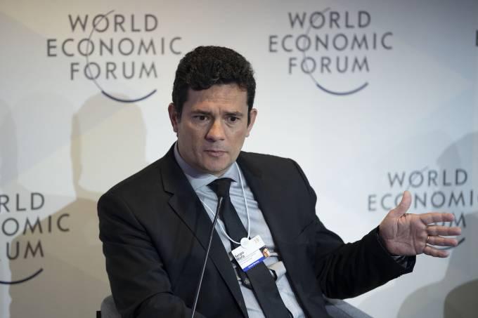 Moro evita falar sobre Queiroz e elogia governo Bolsonaro em Davos