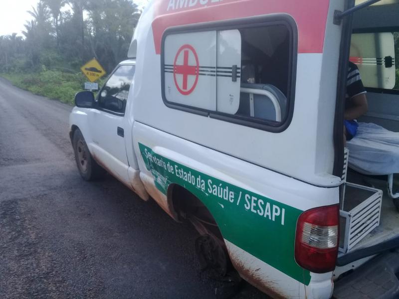 Pneu 'saca' de ambulância durante transporte de pacientes
