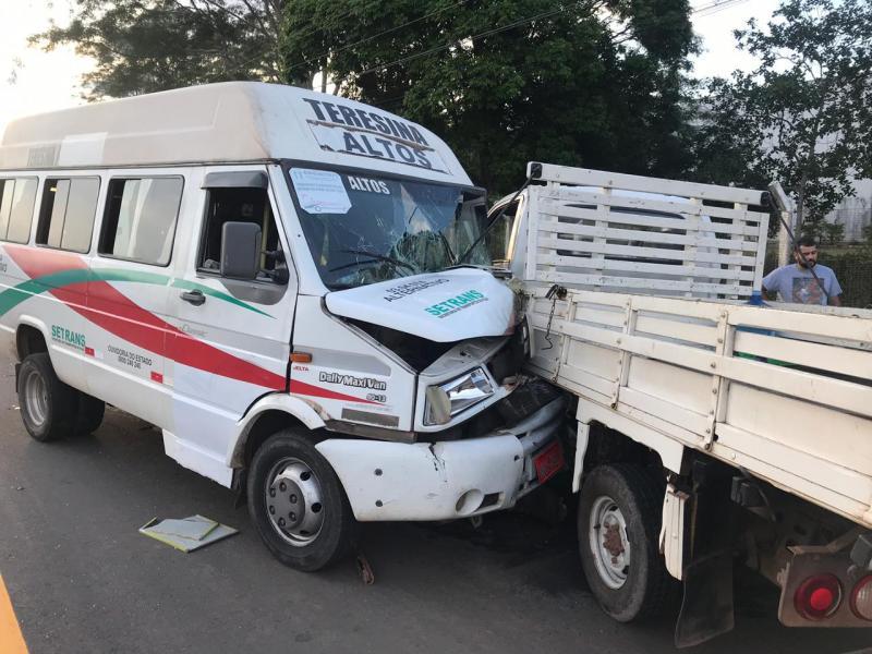Colisão entre van e caminhonete deixa três feridos na BR-343
