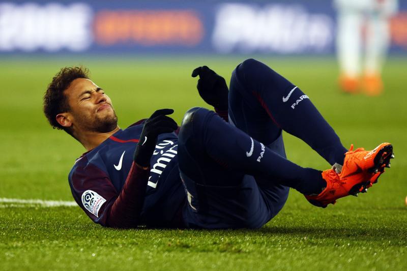 PSG confirma nova lesão no pé direito de Neymar