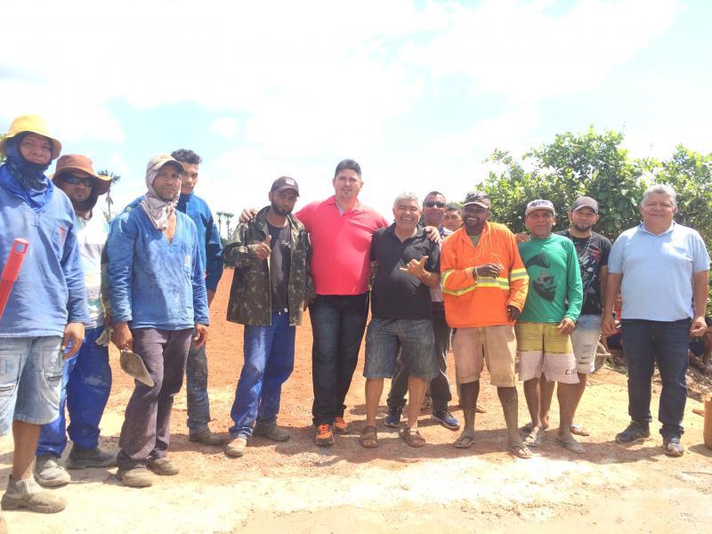 Moradores reformam  passagem molhada com recursos próprios