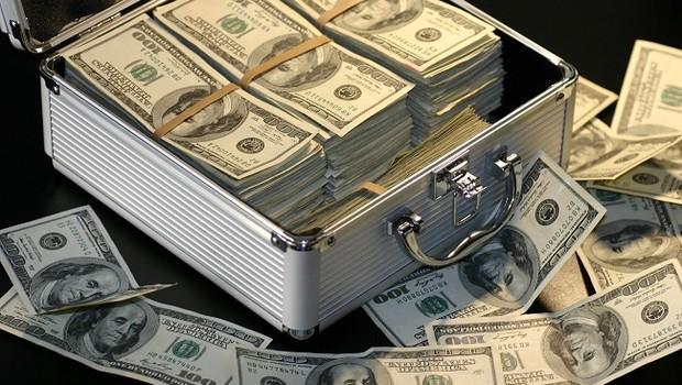 Estrangeiros retiram US$4,3 bi em ações do Brasil, pior dado em uma década