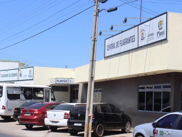 Mãe é presa por abandonar os filhos para beber em bar em Teresina