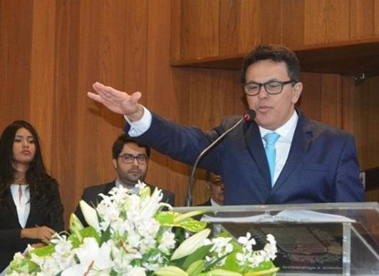 Zé Santana toma posse para o segundo mandato como deputado