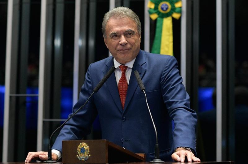 Alvaro Dias desiste de candidatura à Presidência do Senado