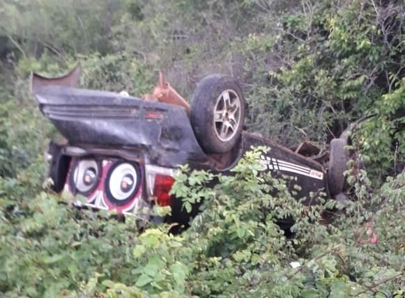 Capotamento na estrada do Portinho deixa jovem ferido