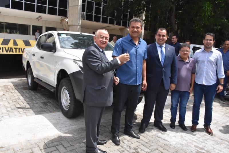 CAMPO LARGO-PI | Pref. Rômulo Aécio recebe L-200 em Teresina-PI