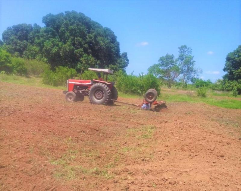 Prefeitura de Joaquim Pires realiza aração de terras para agricultores