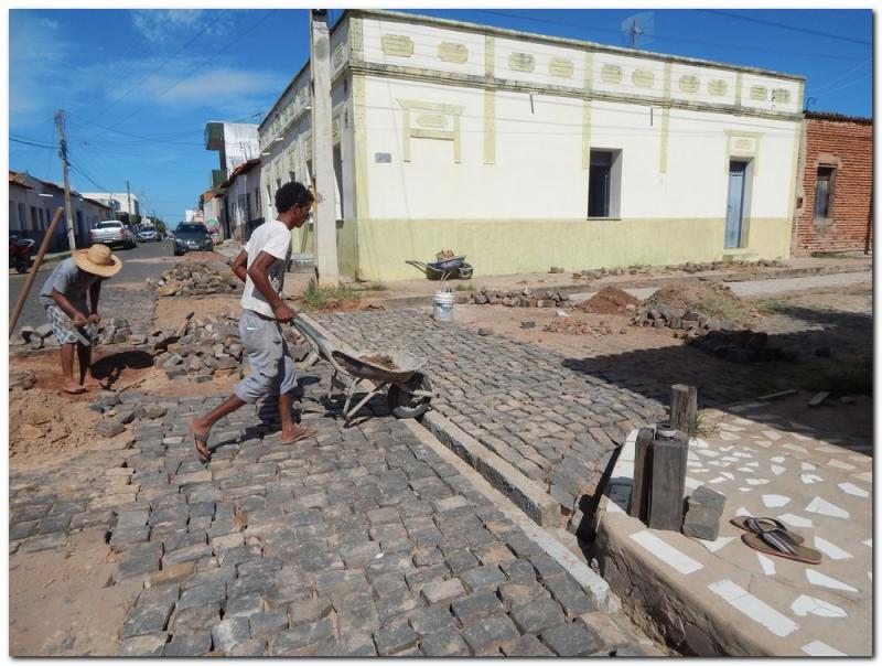 Prefeitura de Inhuma e Secretaria de Obras constroem canaletas