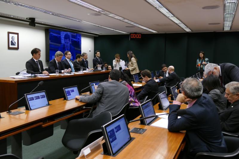 Comissão aprova relatório do orçamento com corte de R$ 5 bilhões