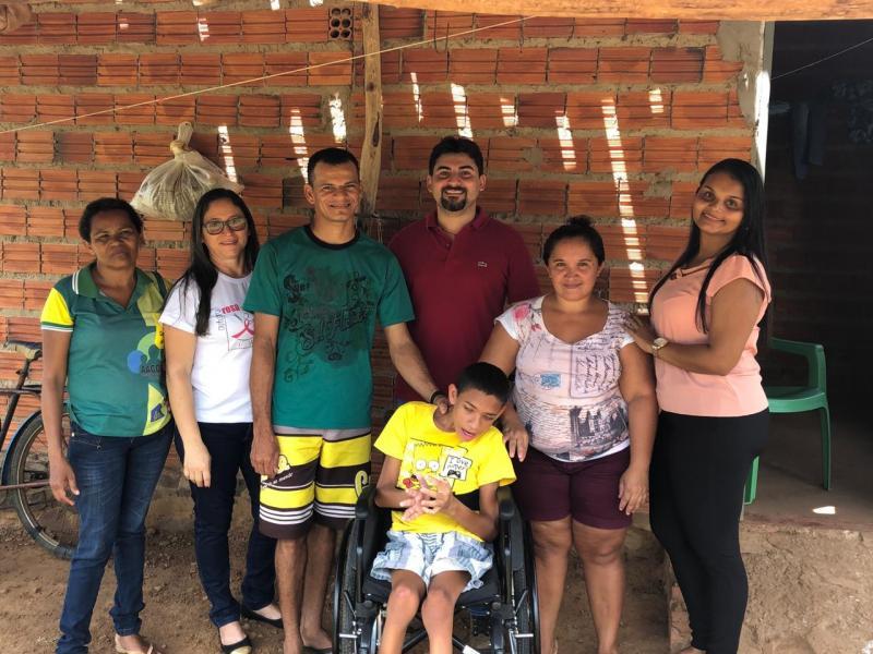 Criança com paralisia cerebral ganha cadeira de rodas