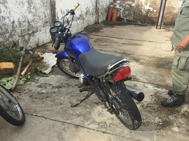 Homem foge da Polícia Militar e abandona a moto no Coqueiro da Praia