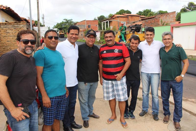 Luciano Leitoa acompanha 'in loco' asfaltamento de vias em Timon