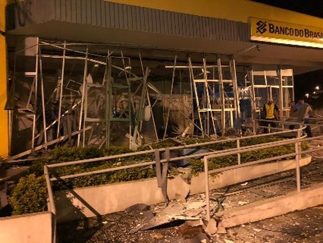 Criminosos explodem três bancos e atacam base da PM