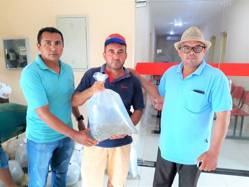 Secretário Francisco Farias entregando os alevinos.
