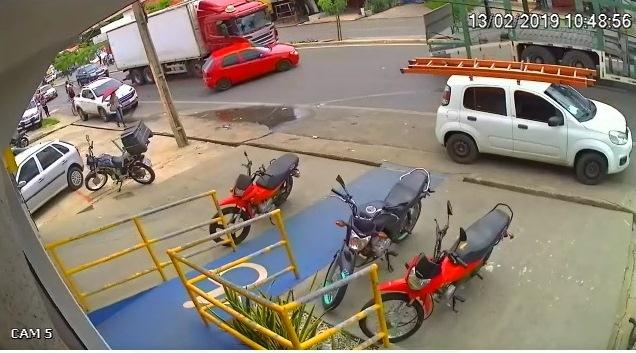 Vídeo | automóvel é arrastado por carreta em Timon