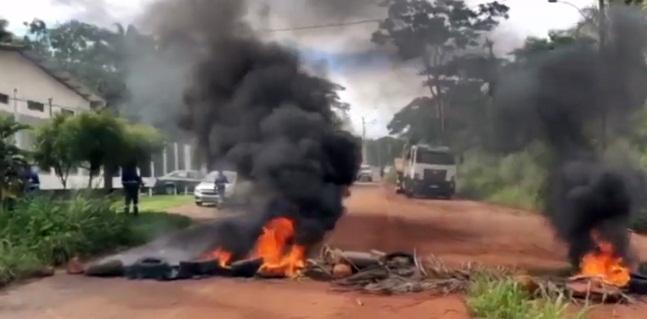 Moradores queimam pneus e fecham PI-112 durante protesto