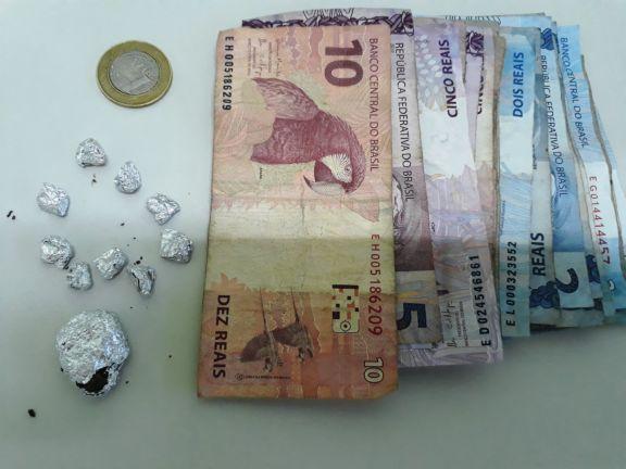 CIPTUR prende ajudante de pedreiro em posse de crack, maconha e dinheiro