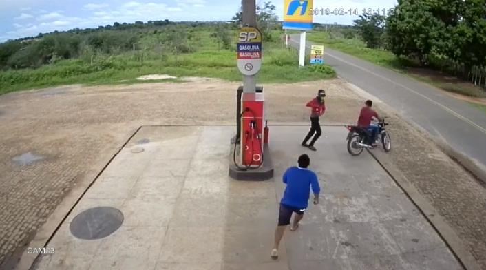 Vídeo: após assalto, vigia de posto corre atrás de bandidos com facão