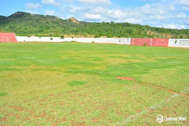 Bebedouro e cortador de grama são furtados de estádio municipal