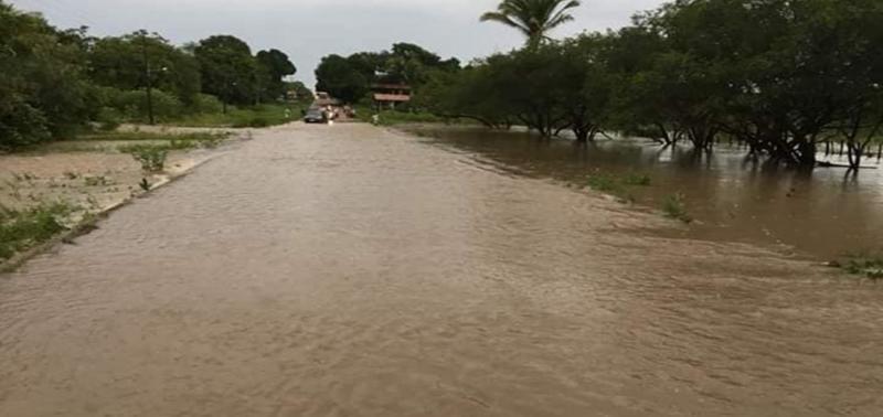 Riacho transborda e alaga ruas em município no Piauí