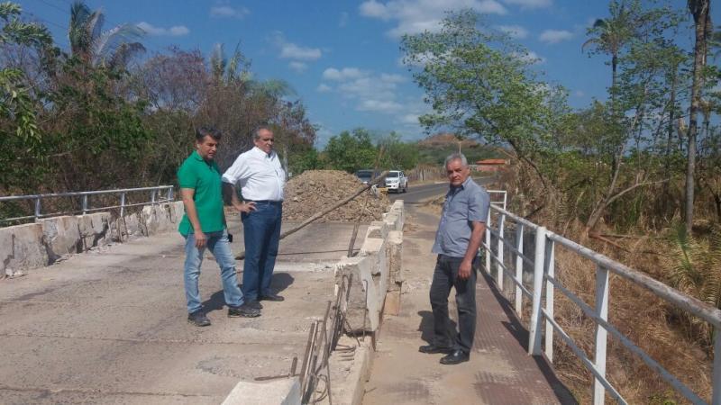 Prefeito de Monsenhor Gil visita obra de ponte do município