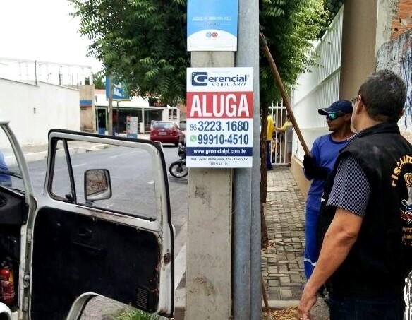 Fiscais retiram 280 placas irregulares em Teresina