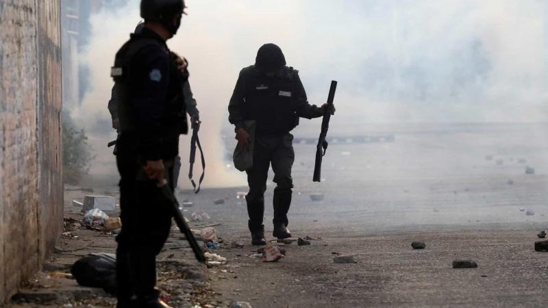 Militares venezuelanos na fronteira desertam e seguem para a Colômbia