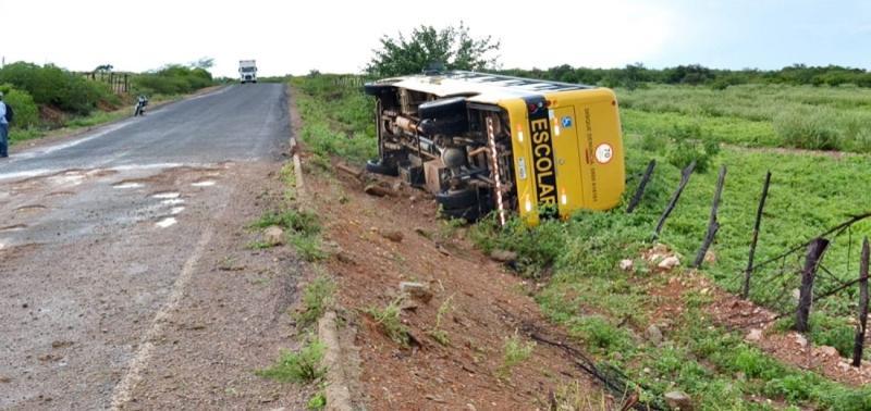 Ônibus escolar tomba em curva na rodovia PI-457