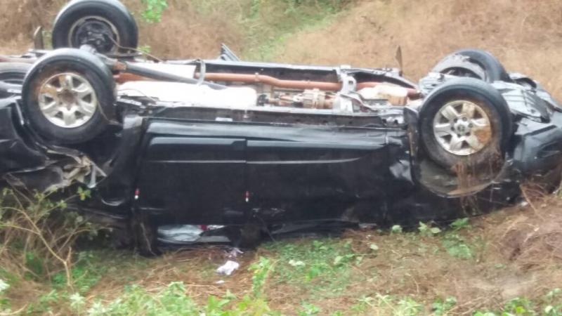 Carro de prefeito capota e deixa uma pessoa morta na BR 135