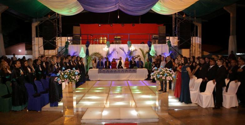 Formandos de Administração e Serviço Social da Famepi reúnem amigos e familiares em linda festa
