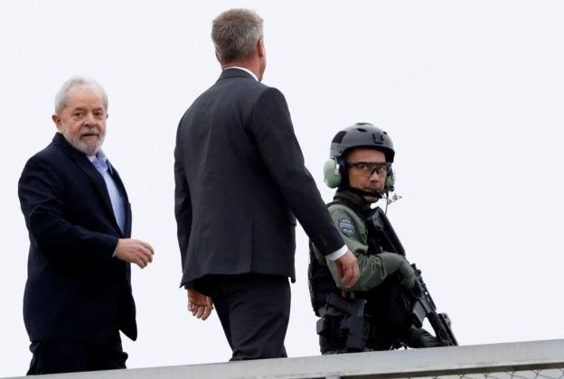 O ex-presidente Luiz Inácio Lula da Silva deixou a prisão em Curitiba, no Paraná, na manhã deste sábado