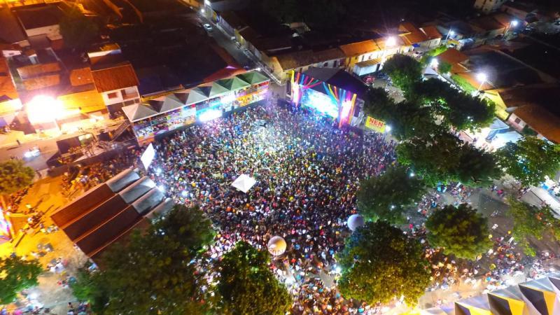Chicabana arrasta milhares de foliões no Carnaval