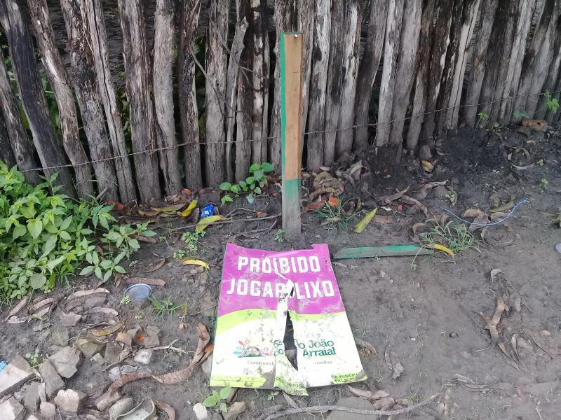 Vândalos destruíram uma placa da prefeitura em São João do Arraial