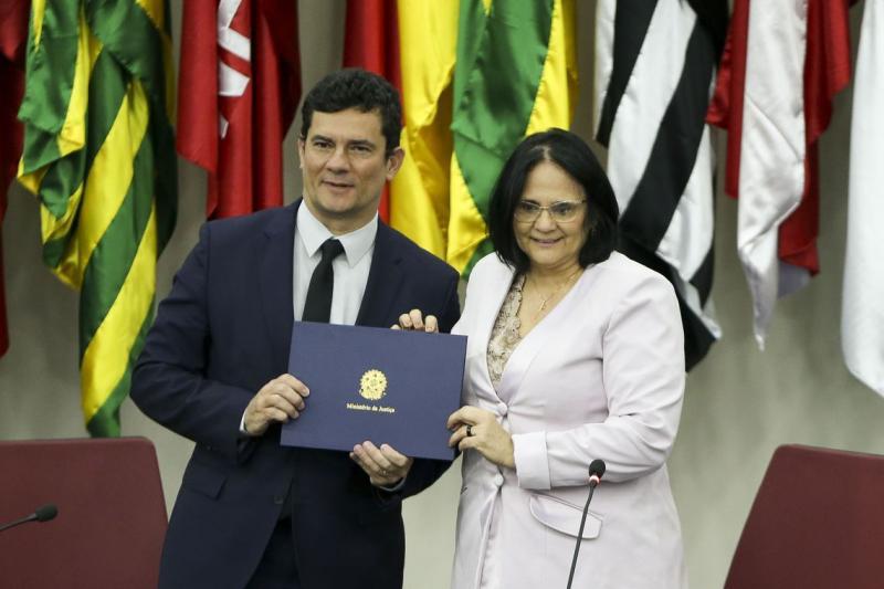 O ministro da Justiça e Segurança Pública, Sergio Moro, e a ministra da Mulher, da Família e dos Direitos Humanos, Damares Alves, assinaram hoje (8) acordo de cooperação técnica para combater a violência doméstica no Brasil