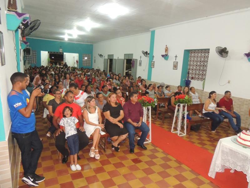 Fiéis na igreja matriz de São José em Campo Largo-PI (Foto: RF Fotografias)