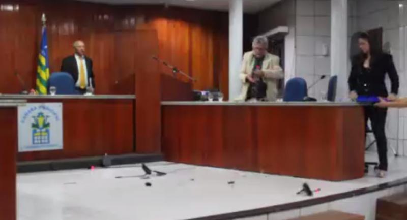 Vereador promove quebra-quebra na Câmara de Valença