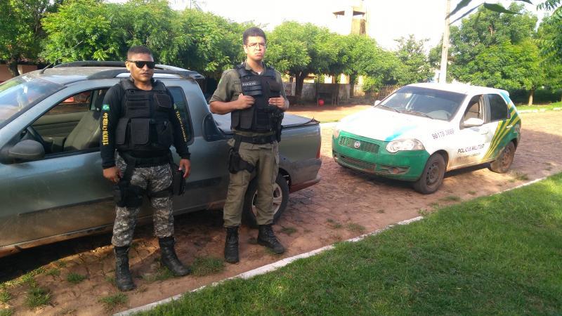 Bandidos abandonam carro roubado e roubam moto pra continuar em fuga