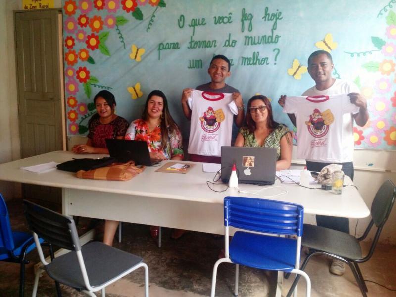 Administração Seriedade e Trabalho entrega camisetas ao Proerd